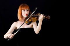 Hållande fiol för fiolspelare, kvinna med rött hår Arkivfoton