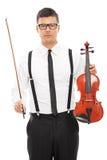 Hållande fiol för manlig violinist och en trollstav Royaltyfri Foto