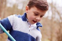 Hållande fisknät för upphetsad pojke arkivbilder