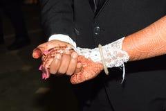 Hållande fors för tillfälle för handceremonibröllop royaltyfri foto