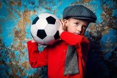 Hållande fotbollboll arkivfoto