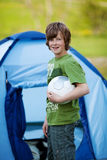 Hållande fotbollboll för pojke mot tältet Royaltyfri Bild