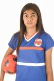 Hållande fotbollboll för Polynesian flicka Arkivfoton