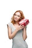 Hållande gåva för kvinna Arkivbild
