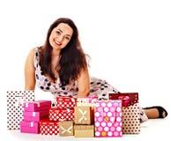 Hållande gåvaask för kvinna på födelsedagpartiet. royaltyfri foto