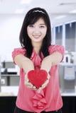 Hållande gåvaask för lycklig kinesisk kvinnlig modell Royaltyfria Bilder