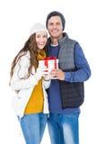 Hållande gåvaask för lyckliga par tillsammans Arkivbild