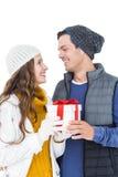 Hållande gåvaask för lyckliga par tillsammans Arkivfoto