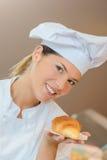 Hållande giffel för bageriarbetare Fotografering för Bildbyråer