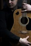 Hållande gitarr för ung gitarrist royaltyfri bild