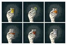 Hållande glass konjak för manlig hand, tequila, gin, vodka, rom, whisky stock illustrationer