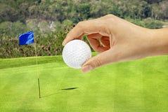 Hållande golfball för hand Royaltyfri Foto