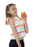Hållande grönsak för liten flicka Royaltyfria Foton