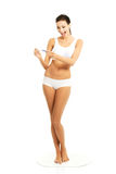 Hållande graviditetstest för full kvinna för längd lycklig Royaltyfri Bild