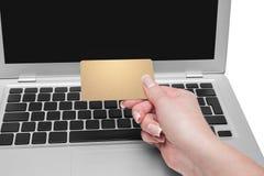 Hållande guld- kreditkort för kvinna i hand Arkivbild
