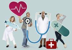 Hållande hälsovårdsymboler för grupp människor fotografering för bildbyråer
