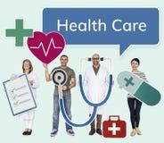 Hållande hälsovårdsymboler för lyckligt folk arkivbild