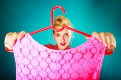 Hållande hängare för Retro tappningkvinna med överkanten Royaltyfria Bilder