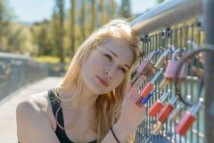 Hållande hänglås för härlig ung blond kvinna royaltyfria foton