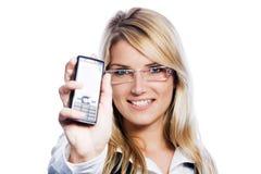 Hållande härlig kvinna ut hennes mobiltelefon royaltyfri foto