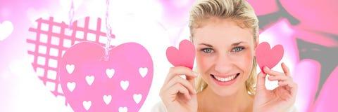 Hållande haerts för valentinkvinna med förälskelsehjärtabakgrund Arkivbilder