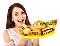 Hållande hamburgare för tunn kvinna. arkivfoto