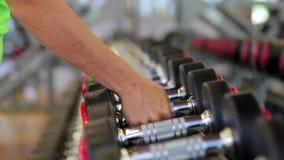 Hållande hantel för hand close upp Muskulös arm i arkivfilmer