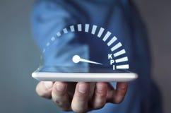 Hållande hastighetsmätare för man med KPI ordet Indikator för nyckel- kapacitet arkivfoton