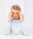 Hållande head hemmastatt för stressad gamal man Arkivfoton