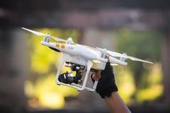 Hållande helikoptersurr för manlig hand med att kontrollera batteriet arkivbilder