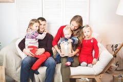 Hållande hemmastadda julgåvor för lycklig familj royaltyfri bild
