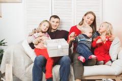 Hållande hemmastadda julgåvor för lycklig familj arkivbilder