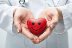 Hållande hjärta för doktor royaltyfria foton