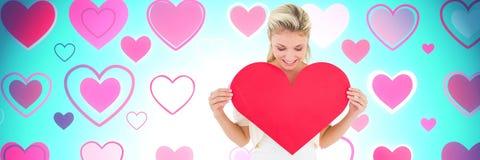 Hållande hjärta för valentinkvinna med förälskelsehjärtabakgrund Arkivbilder