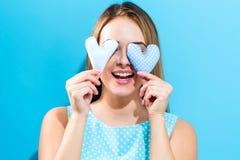 Hållande hjärtakuddar för ung kvinna Arkivfoton