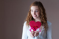 Hållande hjärtor för tonårig flicka Arkivbild