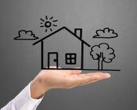 Hållande hus som föreställer hem- äganderätt Arkivfoton