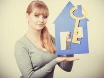 Hållande hussymboler för ung dam Fotografering för Bildbyråer