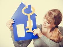 Hållande hussymboler för ung dam Arkivbild