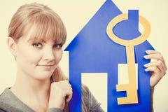Hållande hussymboler för ung dam Royaltyfri Foto