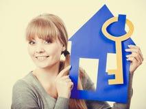 Hållande hussymboler för ung dam Arkivbilder