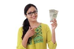 Hållande indier för ung kvinna 500 rupie anmärkningar royaltyfria bilder