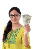 Hållande indier för ung kvinna 2000 rupieanmärkningar mot vit royaltyfria bilder