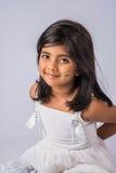 Hållande indisk flagga för gullig liten indisk flicka royaltyfri bild