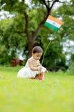 Hållande indisk flagga för indiskt flickabarn Royaltyfri Foto