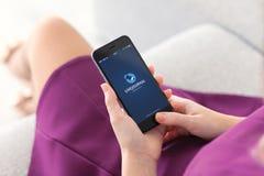 Hållande iPhone 6 för kvinna med LiveJournal på skärmen royaltyfri fotografi