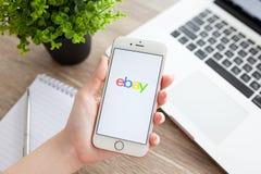 Hållande iPhone 6S Rose Gold för kvinna med Ebay på skärmen arkivfoto