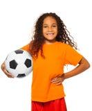 Hållande isolerad fotbollboll för liten afrikansk flicka Royaltyfri Fotografi