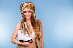 Hållande isskridskor för kvinna, vintersport royaltyfri bild