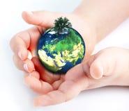 Hållande jordklot för barn i händer Royaltyfri Bild